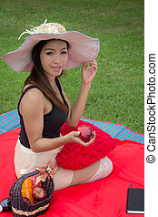 jonge vrouw , het eten van een appel