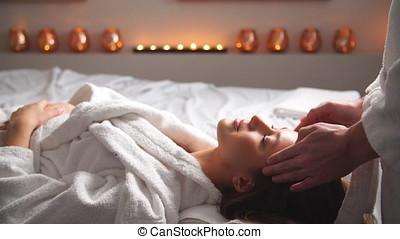 jonge vrouw , het genieten van, een, masseren, in, spa, center.
