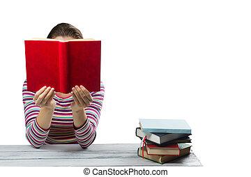 jonge vrouw , het lezen van een boek, en, bedekking, haar, gezicht, door, wooden table, met, stapel, van, kleurrijke, hardback, boekjes , vrijstaand, op wit, achtergrond