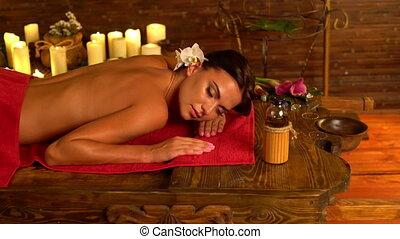 jonge vrouw , het liggen, op, houten, spa, bed, in, masseren, spa, salon.4k