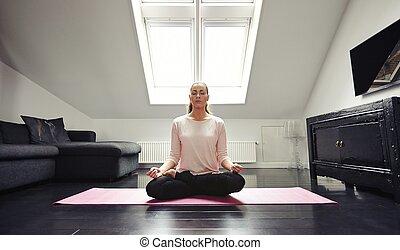 jonge vrouw , het peinzen, in, lotus positie, thuis
