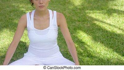 jonge vrouw , het peinzen, in, natuur