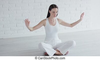 jonge vrouw , het peinzen, in, wite kamer