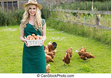 jonge vrouw , het tonen, een, mand, gevulde, met, eitjes