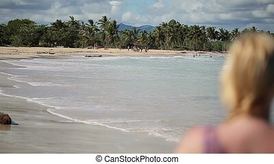 jonge vrouw , in, bikini, op het strand