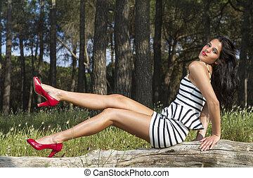 jonge vrouw , in, een, zwart wit, strak, en, kort, jurkje,...