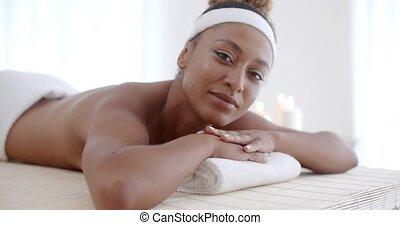 jonge vrouw , in, spa, salon