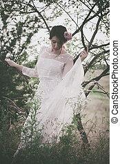 jonge vrouw , in, witte , kantachtig, jurkje