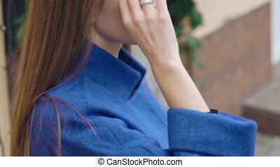 jonge vrouw , in, zonnebrillen, het kijken, serieus, aan fototoestel, outdoor., langzaam