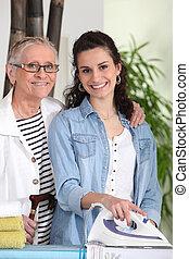 jonge vrouw , ironing, voor, een, bejaarden, dame