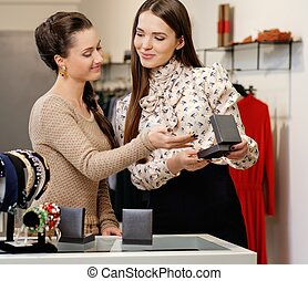 jonge vrouw , kies, juwelen, met, winkelbediende, helpen
