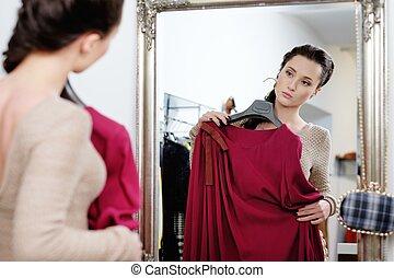 jonge vrouw , kies, kleren, in, een, toonzaal