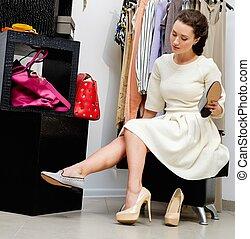jonge vrouw , kies, schoentjes, in, een, toonzaal