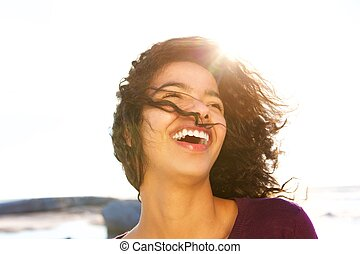 jonge vrouw , lachen, buitenshuis