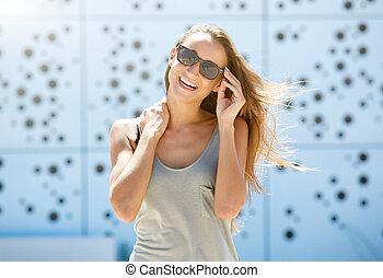 jonge vrouw , lachen, met, zonnebrillen