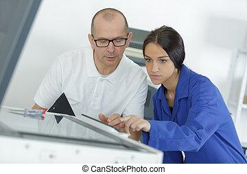 jonge vrouw , leerling, herstelling, fotokopieerapparaat, met, mentor