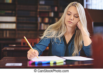 jonge vrouw , leren, in, bibliotheek