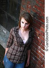 jonge vrouw , leun, baksteen muur