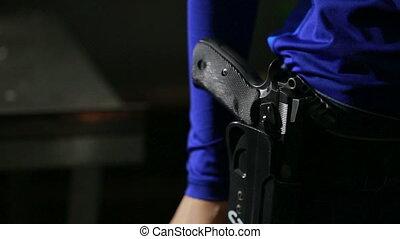 jonge vrouw , met, de, geweer, op, een, binnen, schietende ,...