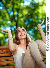 jonge vrouw , met, digitaal tablet, in het park