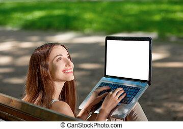 jonge vrouw , met, draagbare computer, in het park