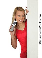 jonge vrouw , met, een, open, cellphone, en, plank, links, leeg, voor, jouw, boodschap