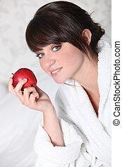 jonge vrouw , met, een, rode appel