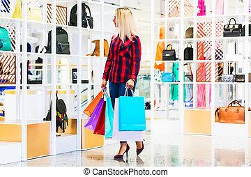 jonge vrouw , met, het winkelen zakken, in, de, mode, winkel