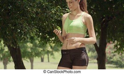 jonge vrouw , met, mp3 speler, in park