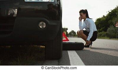 jonge vrouw , met, plat, auto, vermoeien
