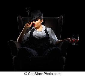 jonge vrouw , met, sigaar, en, brandewijn glas, op, stoel
