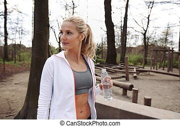 jonge vrouw , na, het uitwerken, op, een, park