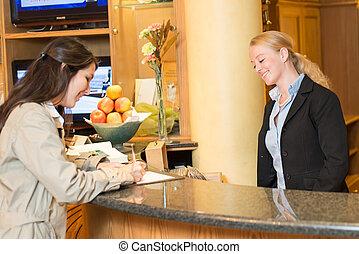 jonge vrouw , op, de, de ontvangst van het hotel