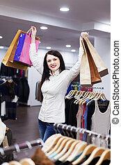 jonge vrouw , op, de opslag van de kleding