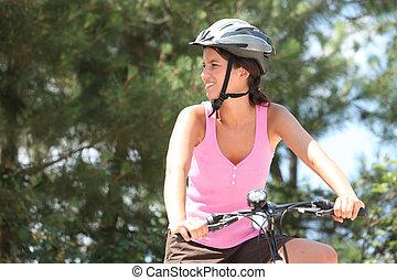 jonge vrouw , op een fiets, in, de, bos