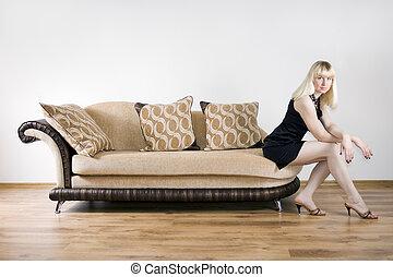 jonge vrouw , op, een, sofa