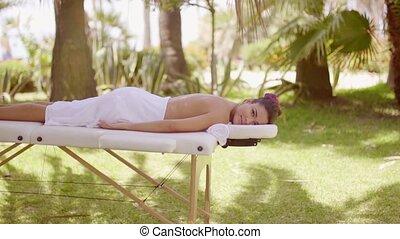 jonge vrouw , op, een, tropische , buiten, spa