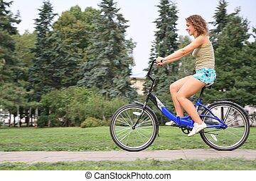 jonge vrouw , op, fiets