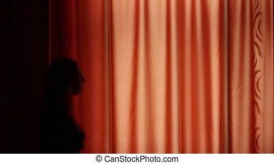 jonge vrouw , opent, de, gordijnen, in, een, donkere kamer,...