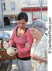 jonge vrouw , portie, oudere vrouw, met, grocery boodschapend doend
