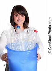 jonge vrouw , recycling, flessen