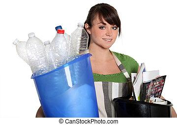 jonge vrouw , recycling
