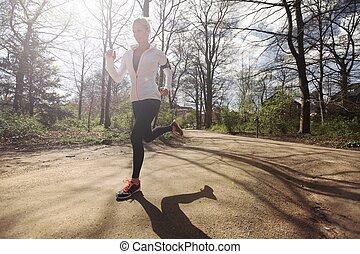 jonge vrouw , rennende , buitenshuis, in, bos