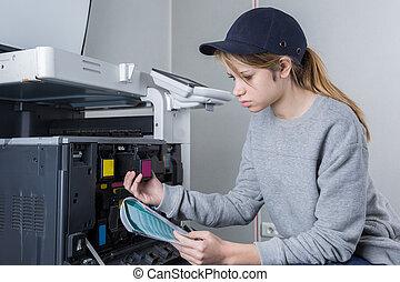 jonge vrouw , repareren, patroon, in, photocopy machine, op, kantoor