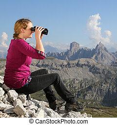 jonge vrouw , schouwend, de, landscape, in de bergen