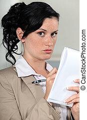 jonge vrouw , schrijvende , op, een, notepad