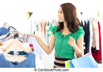 jonge vrouw , shoppen , in, de, klerenopslag