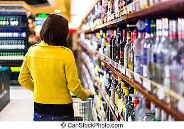 jonge vrouw , shoppen , in, de, supermarkt, planken