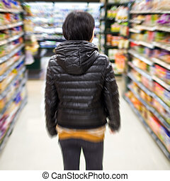 jonge vrouw , shoppen , in, de, supermarkt, verdoezelen