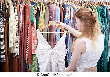 jonge vrouw , shoppen , in, jurkje, winkel